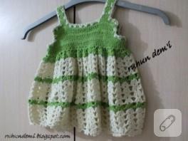 Yeşilli beyazlı örgü bebek elbisesi