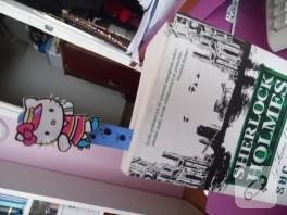 Kitabın üstünde kedi var!