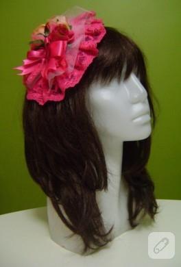 Güller ile süslü pembe dantel şapka