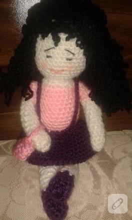 Siyah kıvırcık saçlı amigurumi bebek modeli