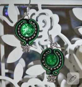 Gümüş yeşil siyah sutaşı küpe