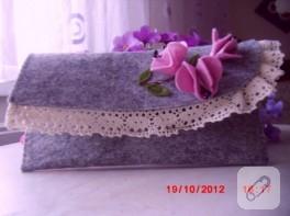 Renki keçelerden, çiçek süslemeli keçe cüzdanlar