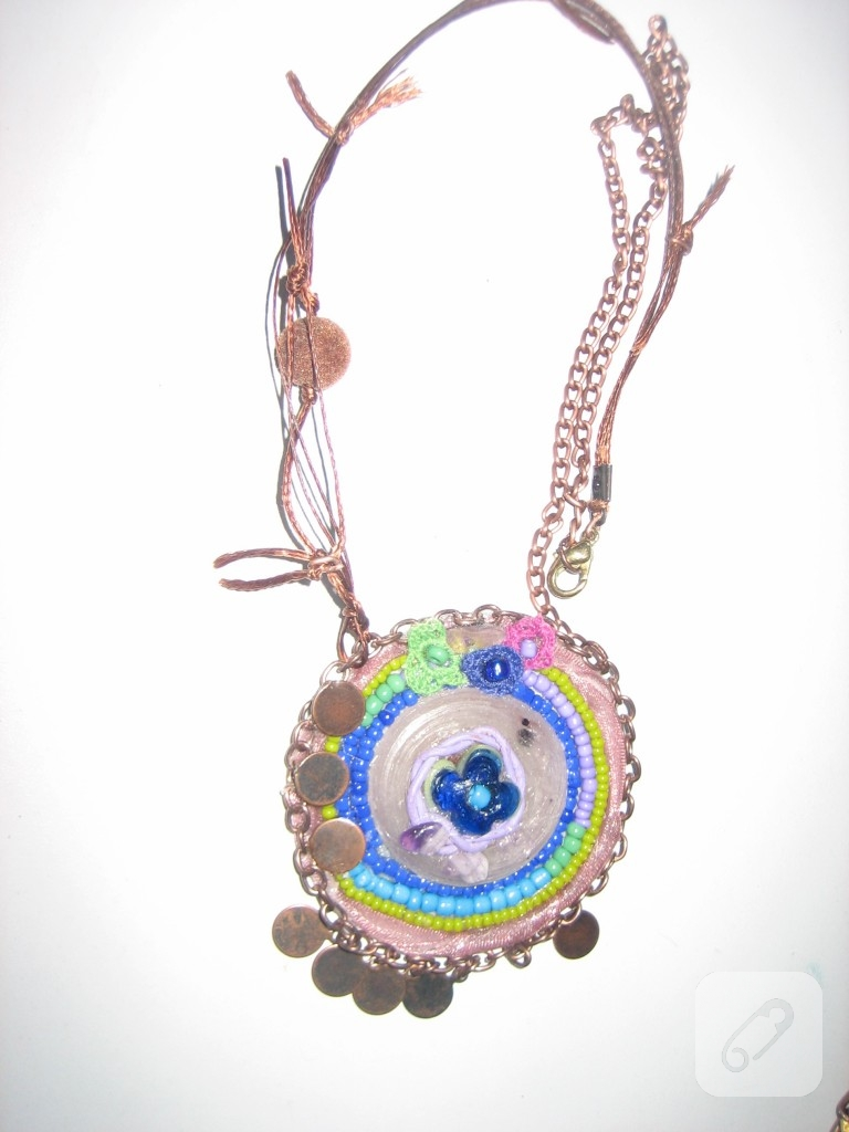 renkli boncuklar, kurdele, zincir ve farklı takı malzemeleri kullanarak yaptığım yeni tasarımım.:)