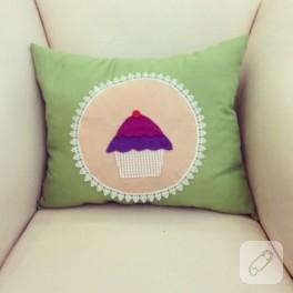 Cupcake aplikeli yeşil keçe yastık