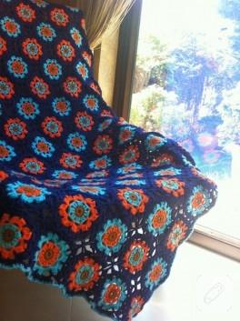 Turuncu çiçek motifli örgü battaniye