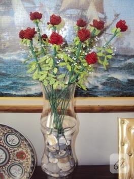 Kum boncuktan dekoratif güller