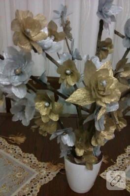 Grapon kağıdı ve kuru dallarladan dekoratif çiçekler
