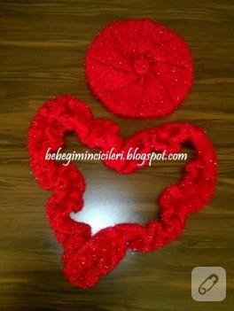 Kırmızı şapka ve fırfırlı atkısı