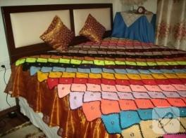 Örgü renkli yatak örtüsü