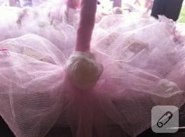 Pembe tüller ve beyaz güllerle bebek sepeti süsleme