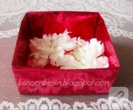 Origami ile yapılmış hediye kutusu