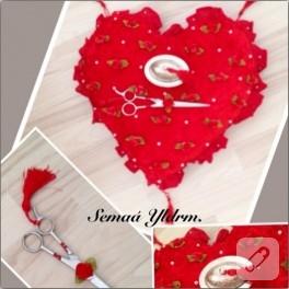 Kırmızı kalpli nişan yastığı