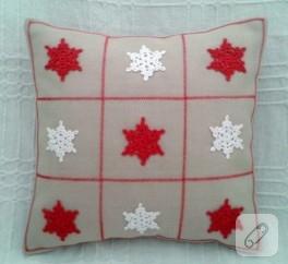 Kırmızı beyaz kar taneli yastık