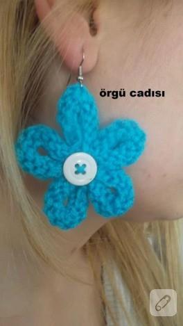 Mavi renkte örgü çiçek küpe