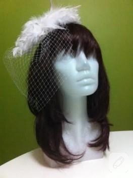 Beyaz tüylerle süslü nikah şapkası