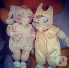 Tül çoraptan uyuyan bebekler