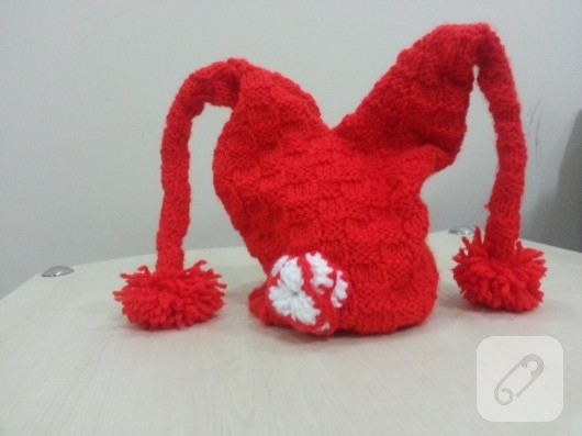 Kırmızı örgü kukuleta
