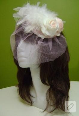 Pembe beyaz güllerle süslü nikah şapkası