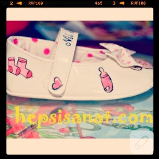 El boyaması bebek ayakkabısı