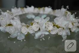 Çiçek ve inciler ile yapılmış gelin tacı