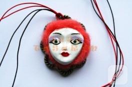 Kil takı çalışması – Kırmızı saçlı kadın