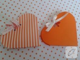 Desenli kartonlarla hediye paketi yapımı