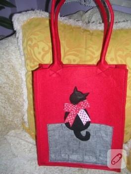 Kedi aplikeli kırmızı keçe çanta