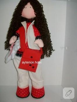 Kıvırcık saçlı kumaş bebek
