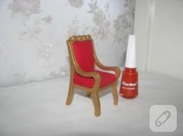 Minyatür kırmızı koltuk