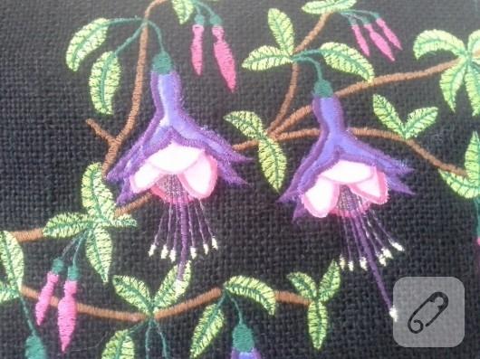 Küpe çiçeği nakışlı yastık modeli