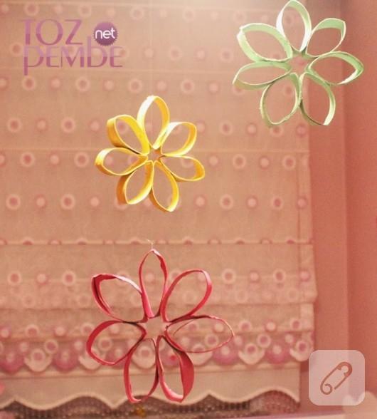 Tuvalet kağıdı rulosundan renkli çiçekler