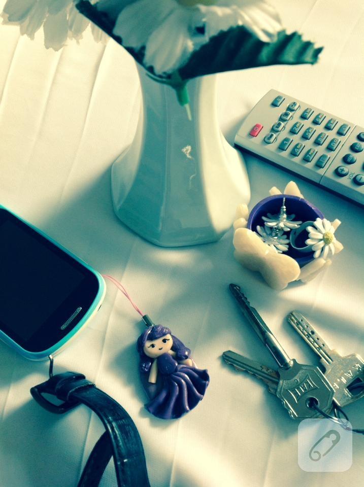 fio-hamurundan-kiz-figurlu-telefon-aksesuari