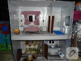 Artık materyallerden yapılmış maket ev