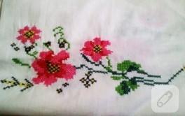 Kanaviçe çiçekli yastık modeli