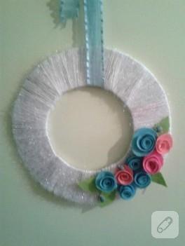 Simli ip ve keçe çiçek süslemeli kapı süsü