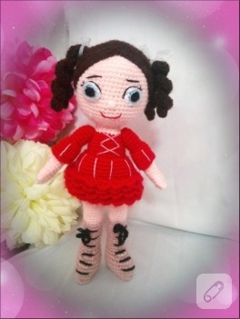Kırmızı elbiseli amigurumi bebek