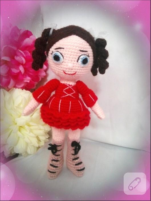 kirmizi-elbiseli-amigurumi-oyuncak-bebek