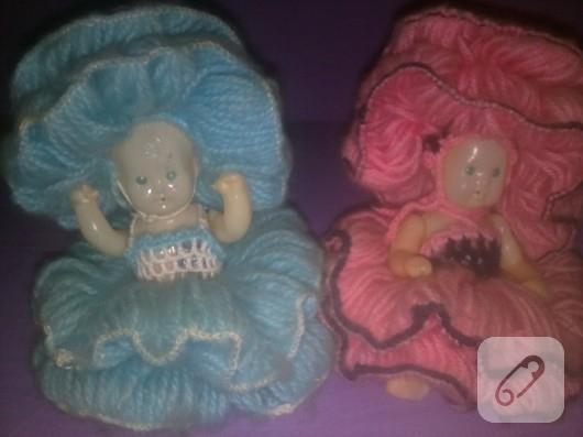 Örgü elbiseli oyuncak bebekler