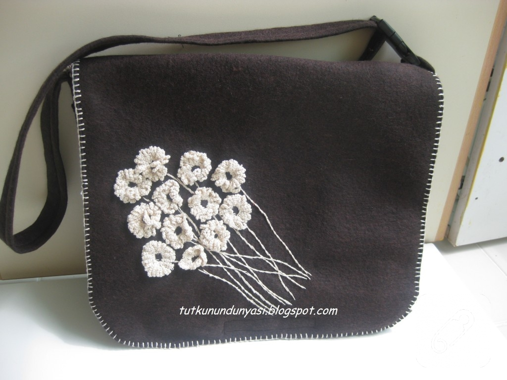 Merhaba,  İnce keçeden içi astarlı olarak çalıştığım bu çantayı gönmek isterseniz, bloguma buyrun lutfen.