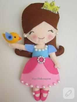 Elinde kuş tutan keçe prenses