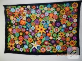 Örgü çiçek motifli duvar süsü