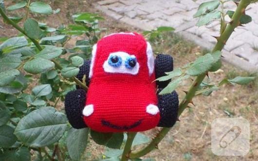 amigurumi-kirmizi-oyuncak-araba