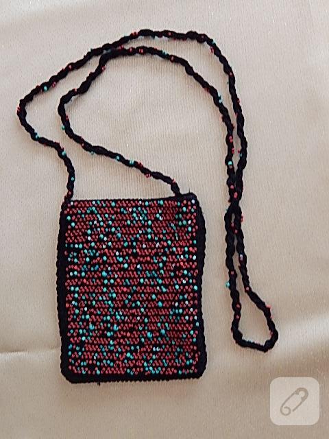 c7155f4a3de7c Telefon, cüzdan gibi en gerekli birkaç eşyanızı koyabileceğiniz ve çapraz  olarak takabileceğiniz bu güzel ve şık tığ işi boncuklu çantayı çok kısa  bir ...