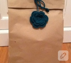 orgu-cicek-ile-hediye-paketi-susleme-fikirleri-