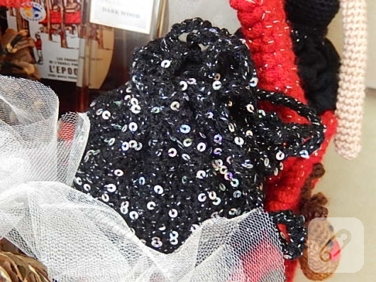 pullu-siyah-tig-isi-abiye-canta-yapimi-6