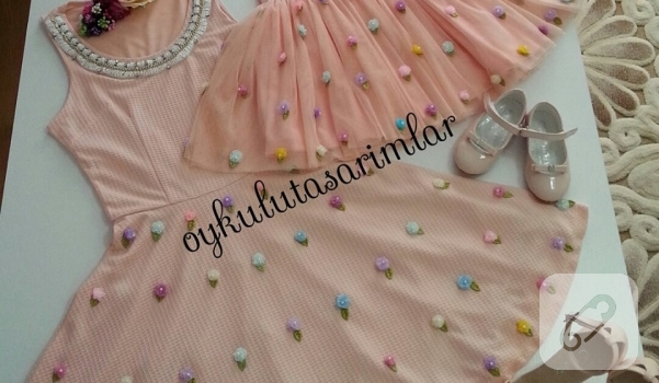somon-renkte-anne-kiz-elbise-modelleri