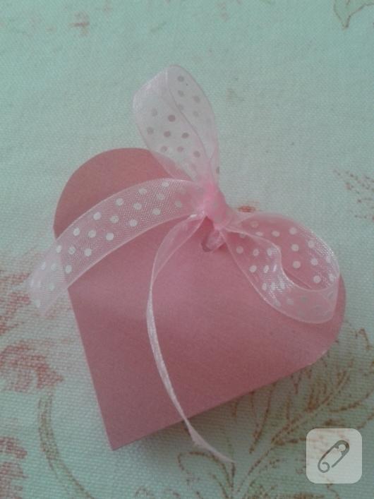 kartondan-pembe-kalp-seklinde-hediye-paketi-nasil-yapilir-1