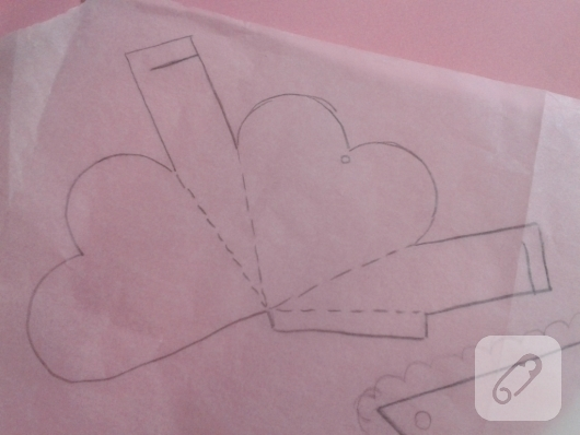 kartondan-pembe-kalp-seklinde-hediye-paketi-nasil-yapilir-2
