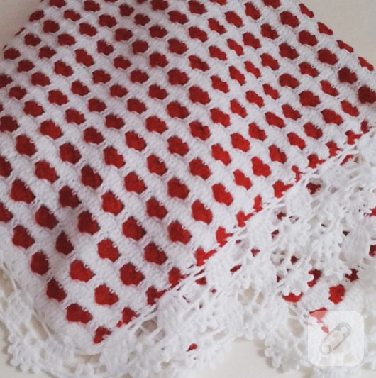 kirmizi-beyaz-tig-isi-orgu-bebek-battaniyesi-modeli
