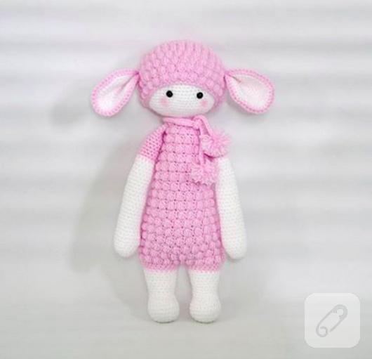 pembe-kiyafetli-sevimli-amigurumi-kuzu-orgu-oyuncak
